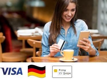 Frau in Café, die mit Karte zahlen will