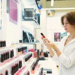 Kosmetikerin in ihrem Salon