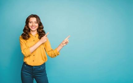 Frau zeigt mit beiden Händen auf etwas