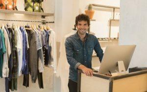 Verkäufer mit Kassensystem im Einzelhandel