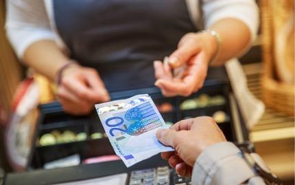 Kunde bezahlt im Geschäft mit Bargeld